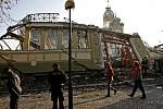 Den po ničivém požáru Průmyslového paláce na pražském Výstavišti si přišli lidé zkázu vyfotografovat.