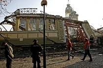Hasiči pokračovali 17. října v dohašování požáru levého křídla pražského Veletržního paláce.