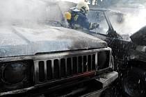 Požár automobilů na Žižkově: plameny zcela zničily tři vozy zaparkované na zahradě domu - Volkswagen Transporter, Land Rover a Suzuki Samurai.