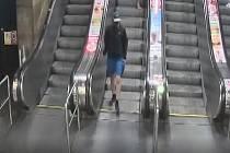 Muž podezřelý z obtěžování mladé ženy v metru.