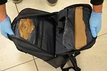 Senior pašoval v batohu dvě kila kokainu.