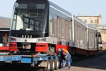 Další z řady tramvají Škoda ForCity odjela v pondělí na traileru do Prahy.