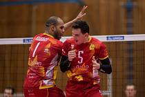 Oslava vítězného míče v podání Gino Robert Naardena (vlevo) a Šimona Kozáka.