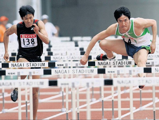 ČÍNSKÝ MISTR. Světový rekordman v běhu na 110 metrů překážek Liou Siang (uprostřed) si vyzkoušel na mítinku v Grand Prix dráhu v Ósace, kde bude v létě největším adeptem na titul mistra světa.
