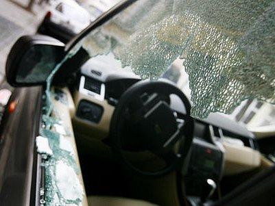 VÁNOČNÍ DÁREK. Škoda na autě bývá několikanásobně větší než cena ukradených věcí./Ilustrační foto