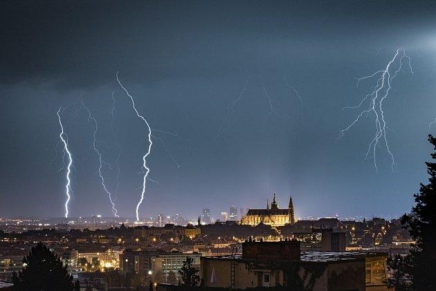 Prahou se vnoci prohnaly silné bouřky. Déšť rozvodnil potoky.