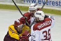 Z utkání 3. kola baráže o hokejovou extraligu: HC Slavia Praha - HC Dukla Jihlava 5:0. Zleva Filip Seman z Jihlavy a Žiga Pavlin a Martin Ondráček ze Slavie.