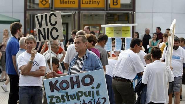 DEMONSTRACE NA TŘINÁCTCE. Koho zastupují zastupitelé? To je v Praze často zapeklitá otázka.