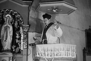 Farář Josef Toufar během Státní bezpečností zinscenované rekonstrukce tzv. číhošťského zázraku. O den později, 25. února 1950, Toufar umírá ve valdické věznici na následky mučení.