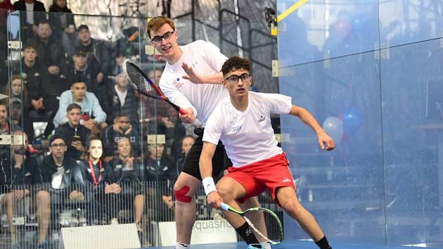 Viktor Byrtus (vzadu) ovládl juniorské ME ve squashi.