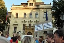 Protest obyvatel sídliště Písnice pře úřadem vlády. Ilustrační foto.