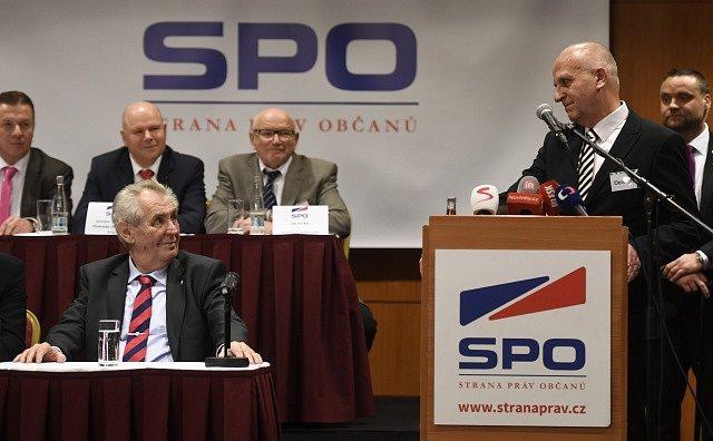 Miloš Zeman vystoupil na sjezdu SPO. U řečnického pultu nový předseda Lubomír Nečas.