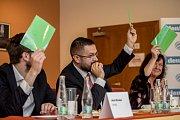 Debata Pražského deníku, která začala na autobusové stanici na Veleslavíně a pokračovala na Terminálu 3 v hotelu Ramada 13. října v Praze. Michálek, Moroz, Semelová