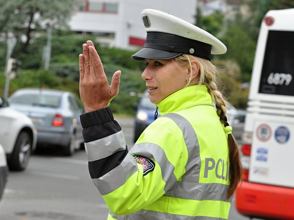 Klání policistů soutěžících onejlepšího regulovčíka řídícího silniční provoz se ve středu 27.května 2015uskutečnilo na dvou velkých křižovatkách vpražských Vršovicích - uEdenu a na bohdalecké křižovatce.