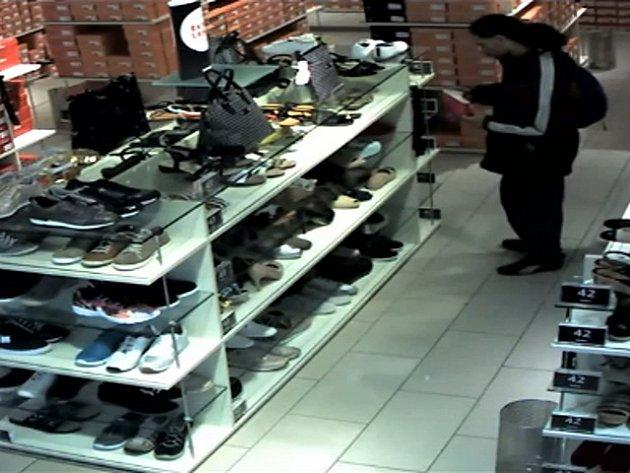 Muž podezřelý z loupežného přepadení ženy ve Sportovní ulici v pražských Vršovicích.