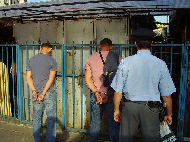 SKONČILI V POUTECH.  Blesková policejní akce překazila podezřelé dvojici  páchat případnou další trestnou činnost.