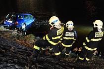 Zásah pražských hasičů na Štvanici: vyproštění osobního automobilu Volkswagen Golf z řeky Vltavy.