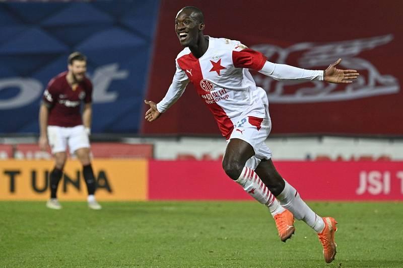 Slávistický fotbalista Abdallah Sima slaví jeden ze dvou gólů v derby na Spartě. Slavia vyhrála 3:0.