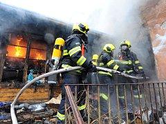 Požár v ulici Košická v pražských Vršovicích.