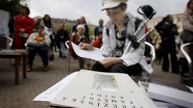 Veřejné čtení jmen obětí holokaustu, které pořádá Nadační fond obětem holokaustu a Institut Terezínské iniciativy 2. května na náměstí Míru v Praze.