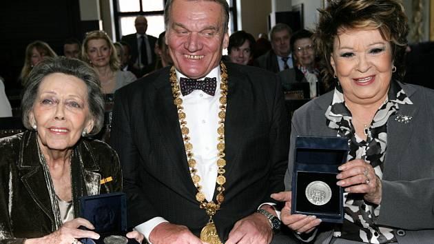 Primátor Bohuslav Svoboda předal herečkám Jiřině Jiráskové a Jiřině Bohdalové k jejich významnému životnímu jubileu stříbrnou medaili hlavního města.