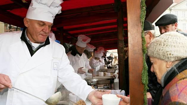 Rozlévání rybí polévky na Staroměstském náměstí