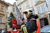V budově Českého muzea hudby si hasiči v pondělí ráno vyzkoušeli, jak by to vypadalo, kdyby tu začalo hořet. Hasiči si procvičili hašení ve staré budově plné vzácných archiválií.