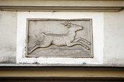 Dům U zeleného jelínka. Nynější zelený jelínek přišel do Nerudovy ulice nejspíše až při přestavbě domu podle plánu stavitele Jahanna Christiana Wyttka roku 1819, v barvě bílé nebo zelené tu však měl předchůdce nejméně v první polovině 17.století.