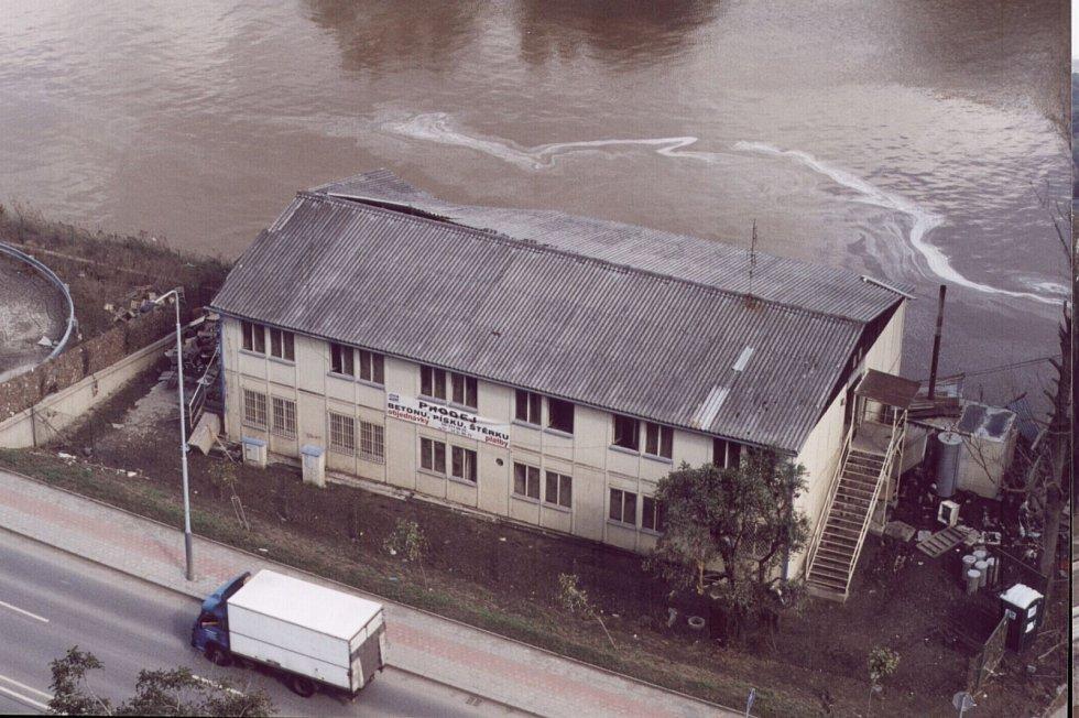 Povodně z roku 2002 v Praze. Snímky budovy srovnávají, jak stoupala hladina u břehu Vltavy.