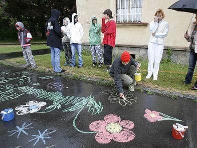 I přes nepříznivé počasí se uskutečnila dne 8. května v areálu Psychiatrické léčebny v Bohnicích akce nazvaná Barevný asfalt.