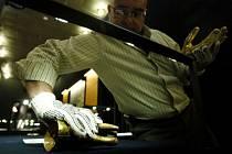 V Nejvyšším purkrabství Pražského hradu probíhaly poslední přípravy instalace výstavy Prokletí zlata -1000 let zlata Inků.