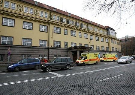 Téměř nejhorší situace je v nemocnici na Františku, kde dokonce záchranáři vykládají pacienta před hlavním vchodem na čtyřproudé silnici přímo před zraky kolemjdoucích.