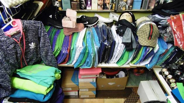 Policie zadržela v Holešovické tržnici spoustu padělků značkového zboží