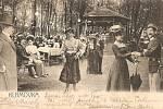 Dobová pohlednice zahradní restaurace Klamovka.