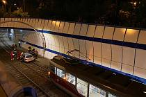 Polský řidič pod vlivem alkoholu vjel do tramvajového tunelu na Barrandově a omezil provoz linky 32.