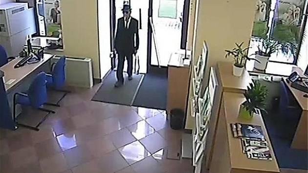 Pražští policisté pátrají po neznámém pachateli, který v úterý 2. července přepadl banku na Praze 2 v ulici Lazarská.