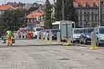 Opravy silnic a uzavírky způsobují kolony aut - Jiráskův most.