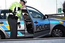 Kontroly pražské dopravní policie na Pražském okruhu. Řešit bylo třeba případy neplatných či chybějících dálničních známek i telefonování za volantem.