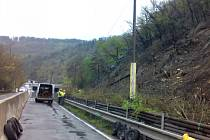 Do finále se blíží práce na sanaci částí skalního masivu nad silnicí druhé třídy číslo 102 na Praze-západ.