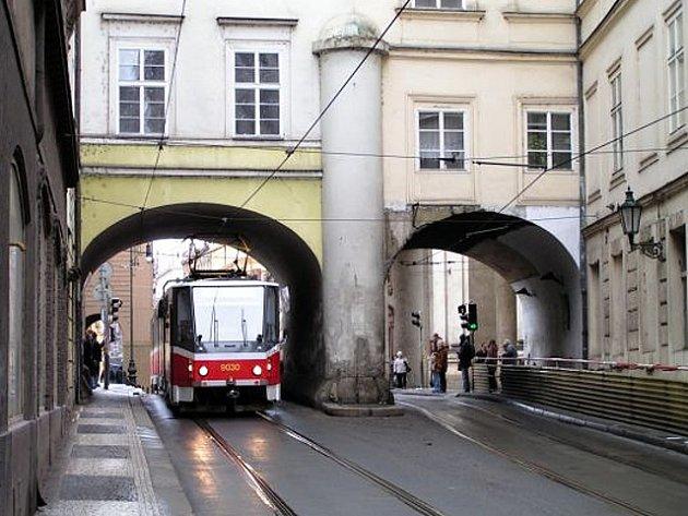 Tramvaj nedaleko zastávky Karlovy lázně v Praze.
