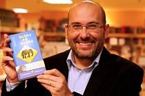 Ředitel pražské zoologické zahrady Miroslava Bobek se svou knihou Bobky od Bobka.