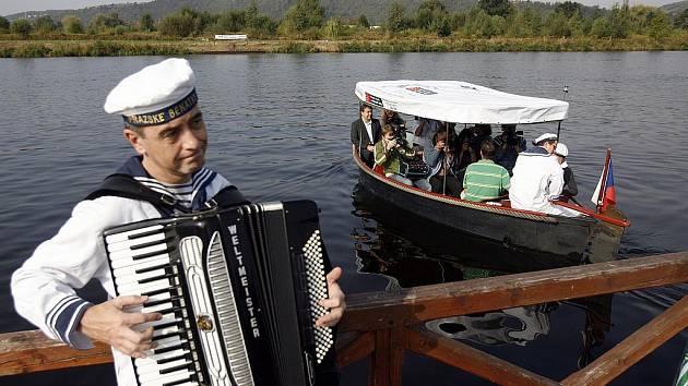 NEJJIŽNĚJŠÍ. V pátek poprvé vyjel na Vltavu přívoz, který spojuje Modřany s Lahovičkami. Zatím jen na zkoušku.