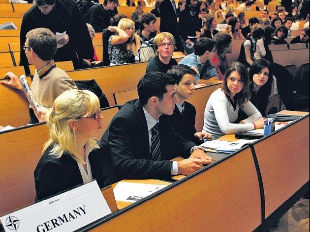 SUMMIT. Studenti si vyzkoušeli role vyslanců států v mezinárodních organizacích.