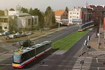 Tramvajová trať z Kobylis do Bohnic. Kobyliské náměstí.
