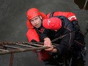 Záchrana muže ze žebříku.