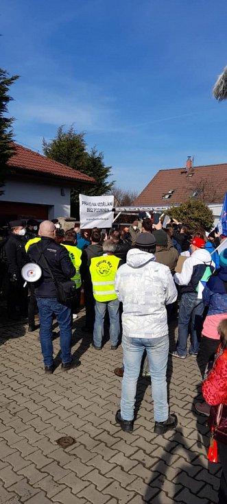 Hnutí Chcípl PES demonstrovalo ve středočeském Mratíně před domem ministra vnitra Jana Hamáčka (ČSSD).