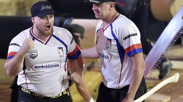 Mistrovství světa družstev v dřevorubeckých sportech 1. listopadu 2019 v Praze. Vlevo Martin Roušal z týmu ČR.