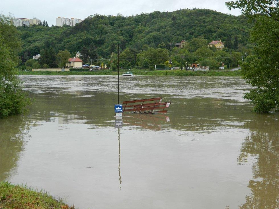 Velká voda v Roztocké v Praze 6.