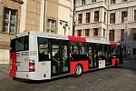 Autobus SOR NB12 v nových barvách Pražské integrované dopravy.