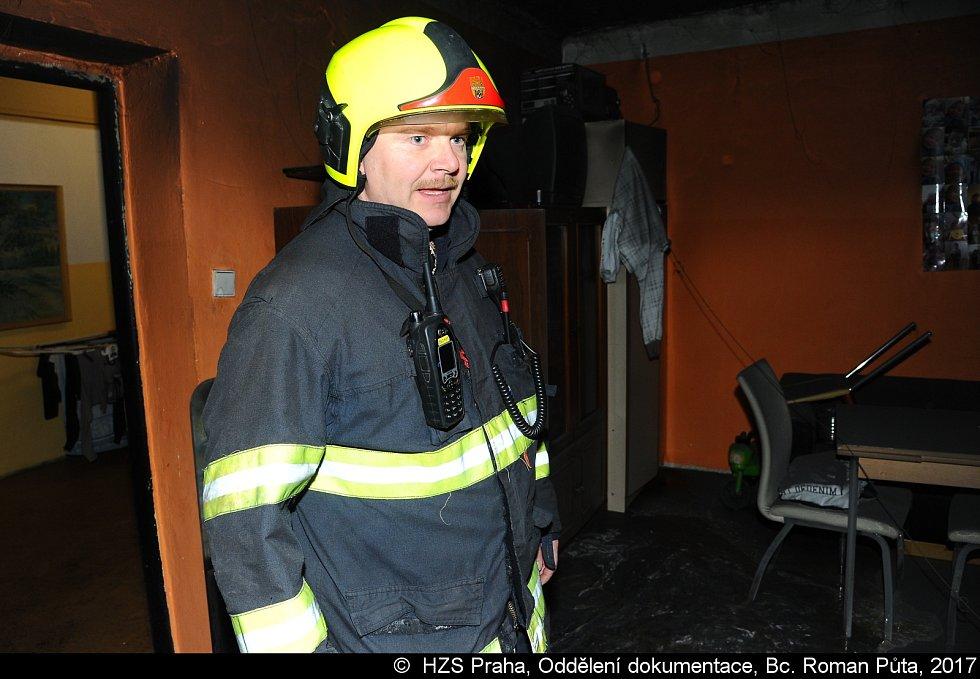 Při požáru pračky zachránili hasiči pět lidí.